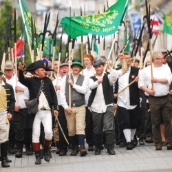 Irish-Pikemen-march-through-Castlebar-900x550